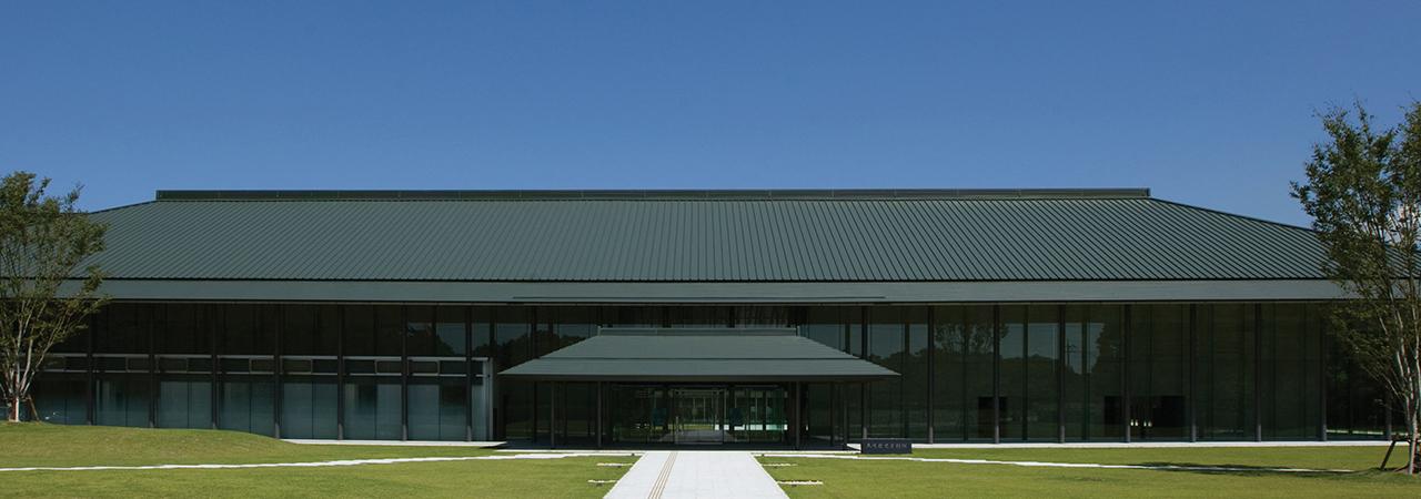 九州歴史資料館 (福岡県小郡市) スフィンクスルーフ2型 (金属屋根)